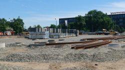 Juni 2017: Einbau erster Straßenbahnschienen und Weichen